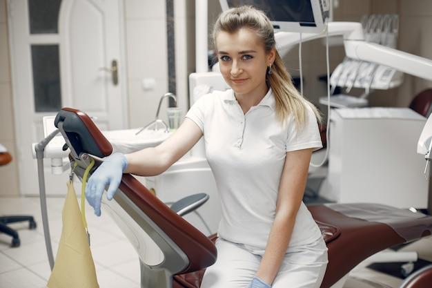 Vrouw die de camera bekijkt. vrouw kijkt naar de camera. tandarts wacht op de patiënt Gratis Foto