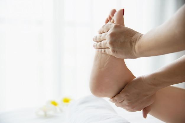 Vrouw die de dienst van de voetmassage van masseuse ontvangt dichtbij dichtbij en voet - ontspan in het concept van de de therapiedienst van de voetmassage Gratis Foto
