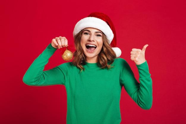 Vrouw die de hoed van kerstmissanta draagt Gratis Foto