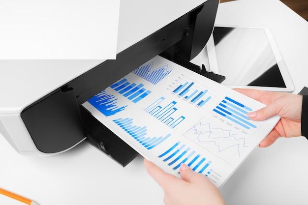 Vrouw die de printer gebruikt om document te scannen en af te drukken Premium Foto