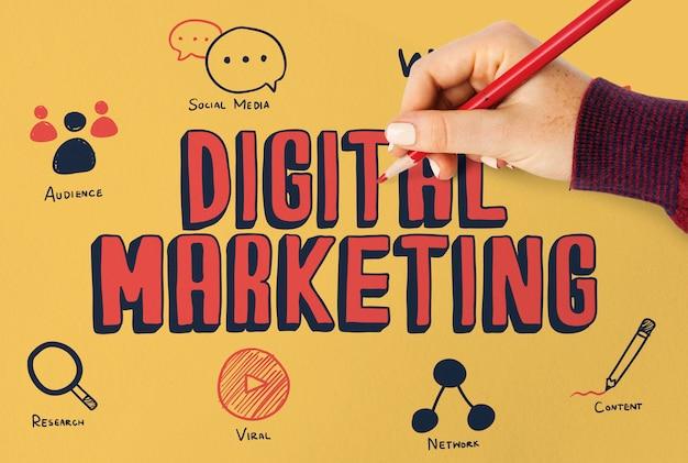 Vrouw die digitaal marketing plan op een raad trekt Premium Foto