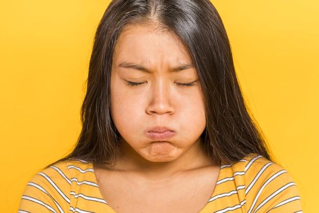 Vrouw die droevig vooraanzicht is Gratis Foto