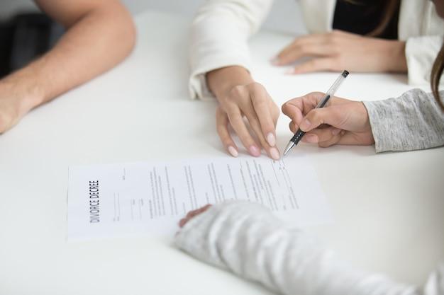 Vrouw die echtscheidingsbesluit ondertekent na besluit te verbreken Gratis Foto