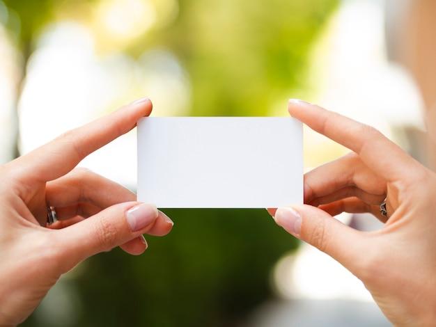 Vrouw die een adreskaartjemodel steunt Gratis Foto