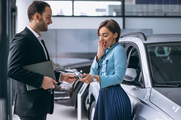 Vrouw die een auto koopt Gratis Foto
