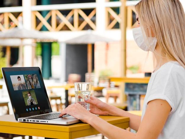 Vrouw die een bedrijfsvideogesprek op laptop heeft Gratis Foto