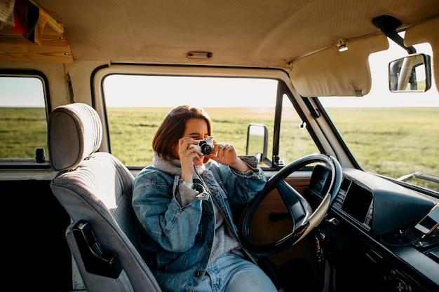 Vrouw die een foto neemt in een busje Gratis Foto