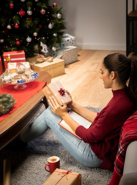 Vrouw die een geschenk vasthoudt Gratis Foto