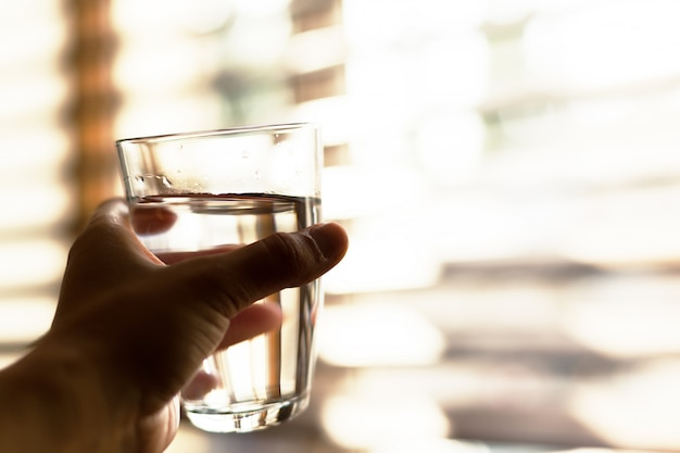 Vrouw die een glas water, close-up houdt Premium Foto