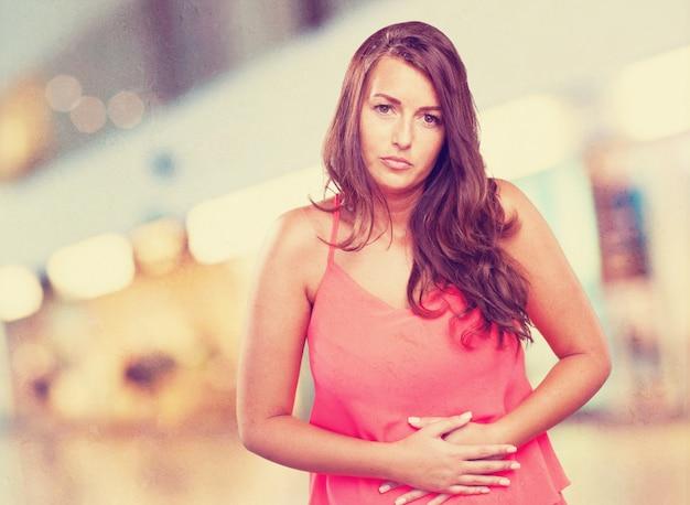 Vrouw die een maagpijn Gratis Foto