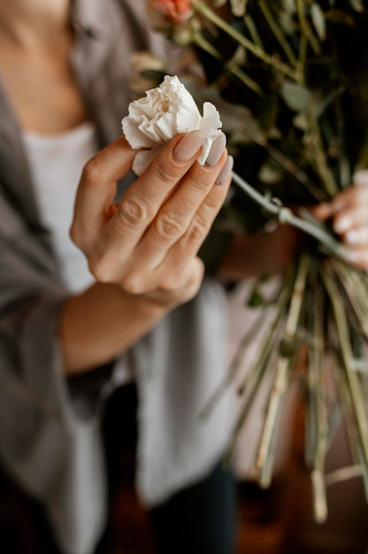 Vrouw die een mooie bloemenregeling maakt Gratis Foto