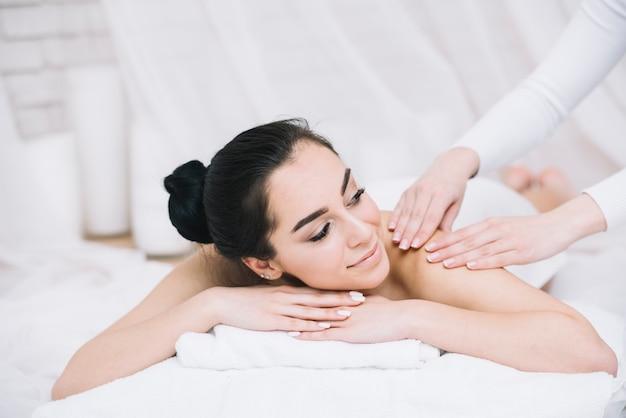 Vrouw die een ontspannende massage in een kuuroord ontvangt Gratis Foto