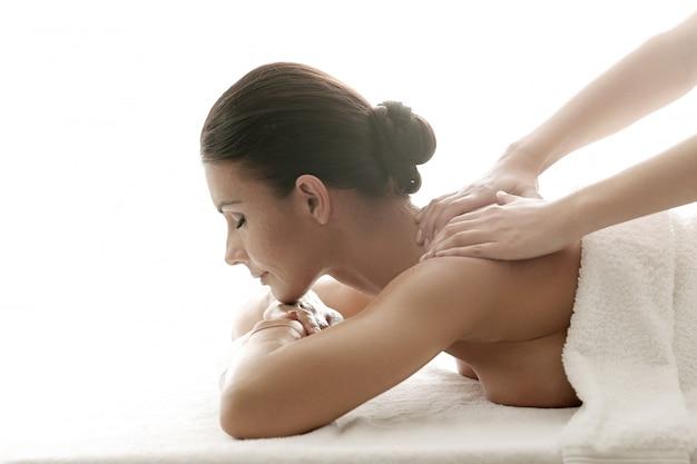 Vrouw die een ontspannende massage ontvangt in de spa Gratis Foto