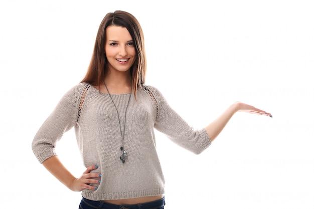 Vrouw die een product met haar hand houdt. productpresentatie Gratis Foto