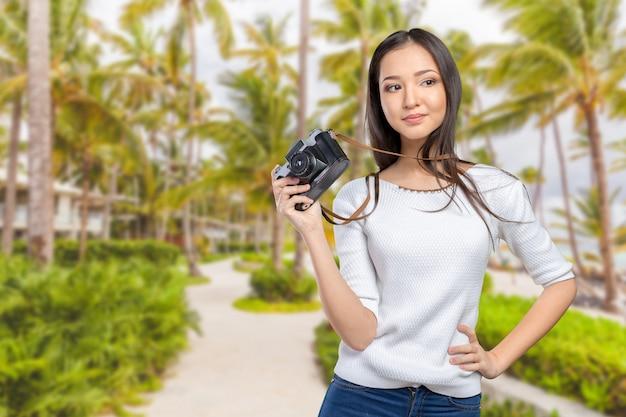 Vrouw die een retro fotocamera met behulp van Premium Foto