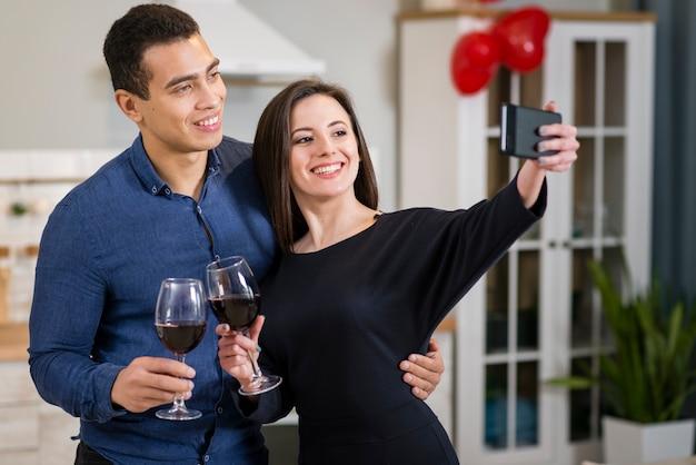 Vrouw die een selfie met haar echtgenoot op valentijnsdag neemt Gratis Foto