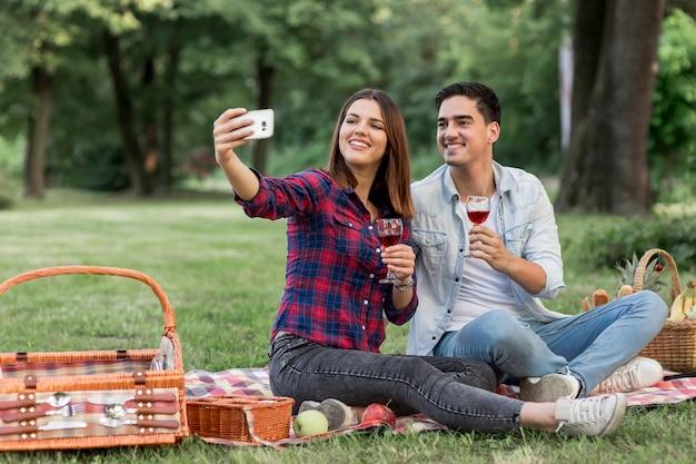 Vrouw die een selfie met zijn vriend neemt Gratis Foto