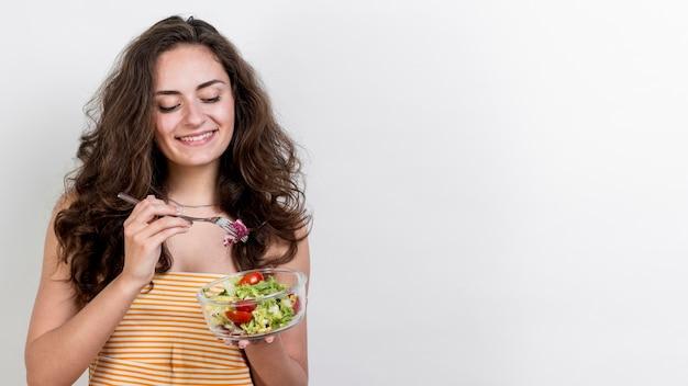 Vrouw die een sla slaatje eet Gratis Foto