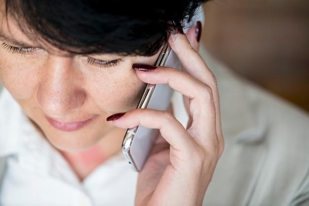 Vrouw die een telefoongesprek maakt Gratis Foto