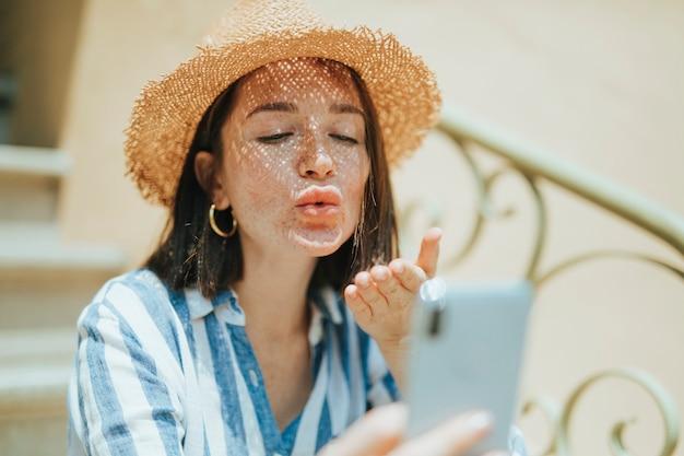 Vrouw die een videovraag van haar telefoon maakt Premium Foto