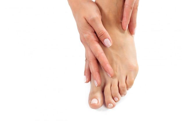 Vrouw die een voetbehandeling heeft Premium Foto