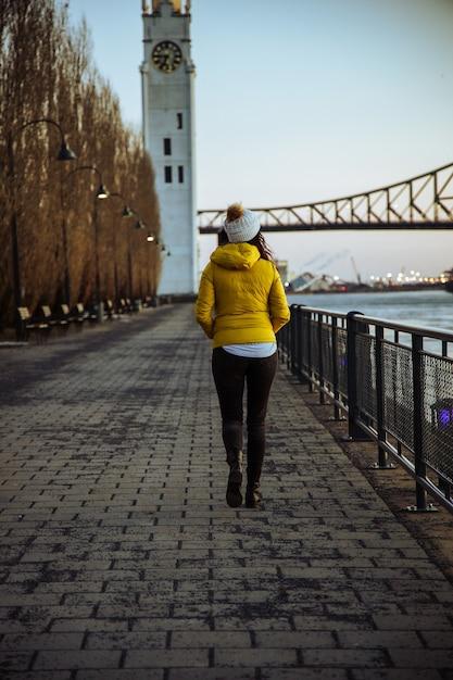 Vrouw die een wandeling maakt in een park in de buurt van de jacques cartier-brug in canada Gratis Foto