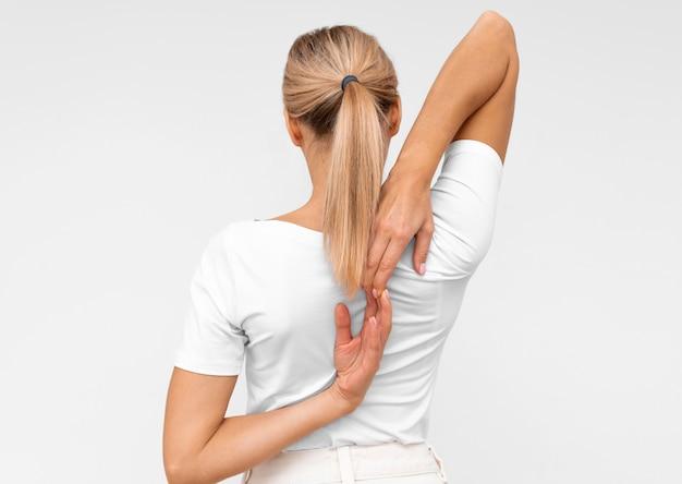 Vrouw die fysiotherapieoefeningen doet Gratis Foto