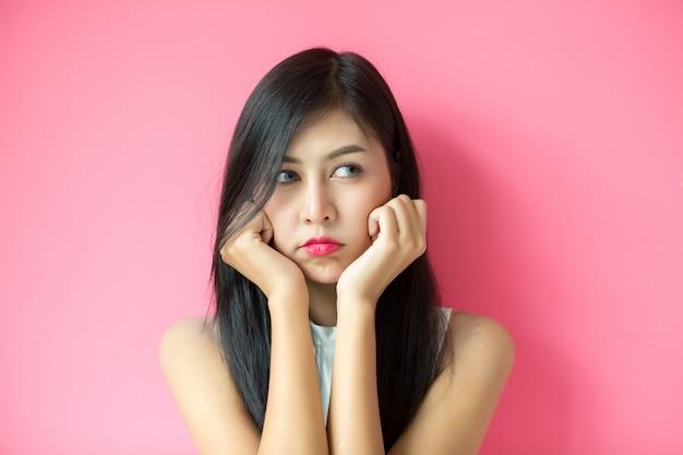 Vrouw die gelaatsuitdrukking toont Gratis Foto