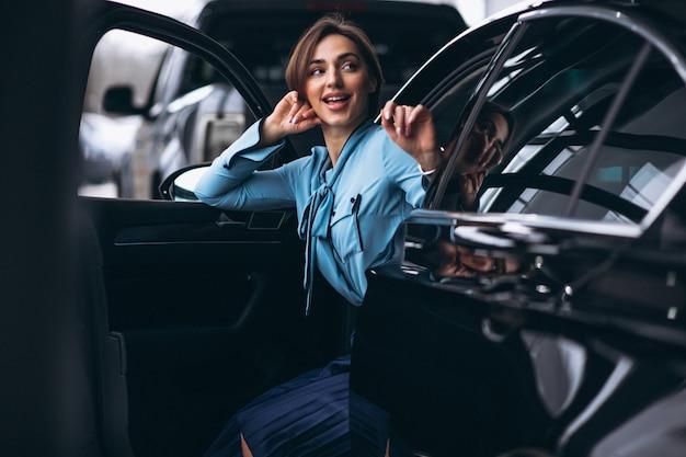 Vrouw die gelukkig een auto koopt Gratis Foto