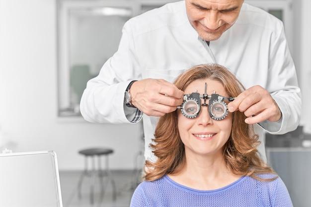Vrouw die glazen met lens draagt om visie te controleren. Premium Foto
