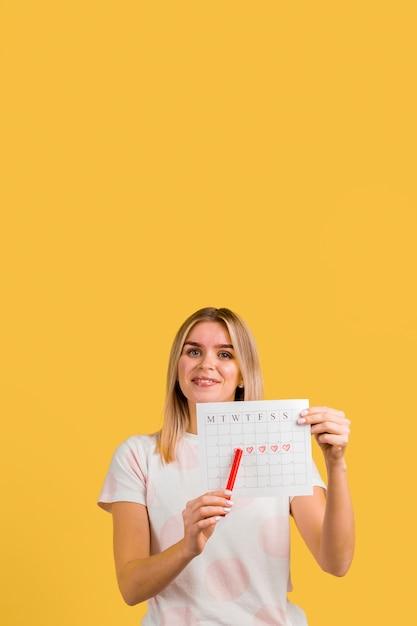 Vrouw die haar eerste dag van menstruatie toont Gratis Foto