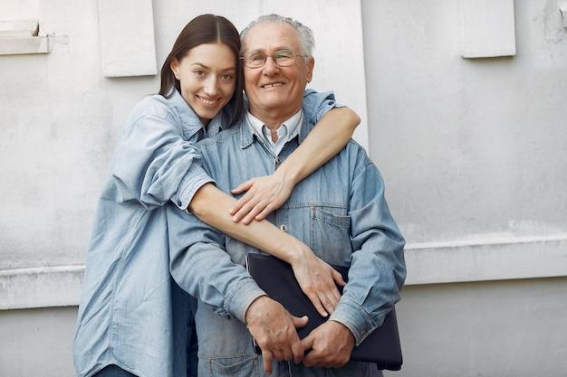 Vrouw die haar grootvader koestert Gratis Foto