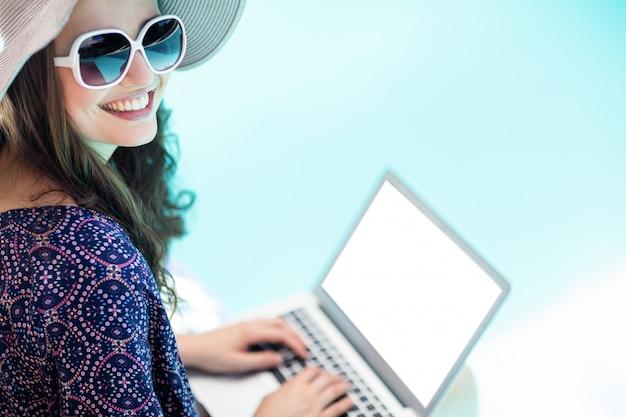 Vrouw die haar laptop met behulp van Premium Foto