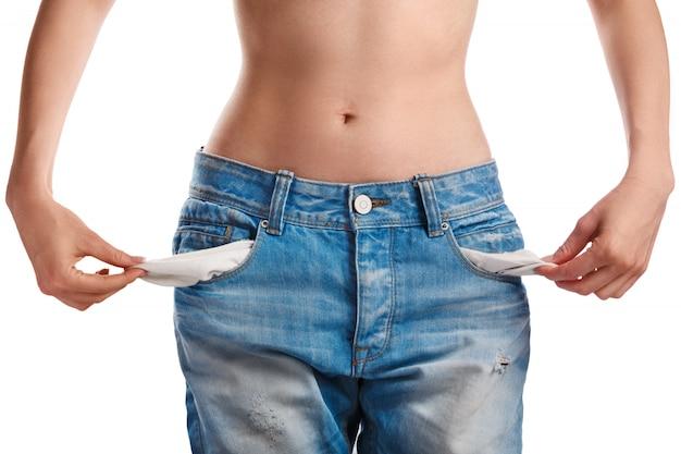 Vrouw die haar lege zakken toont Premium Foto
