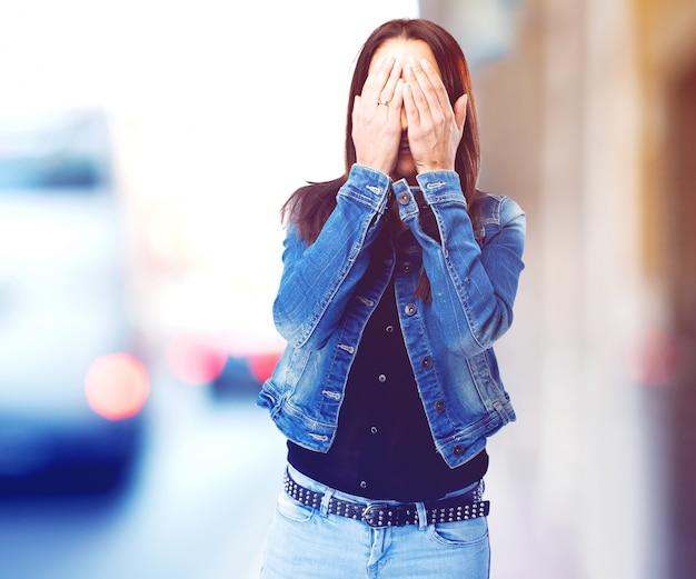 Vrouw die haar ogen Gratis Foto