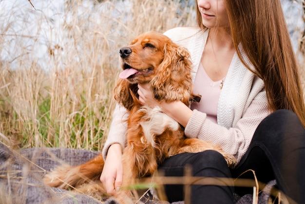 Vrouw die haar puppy openlucht houdt | Premium Foto