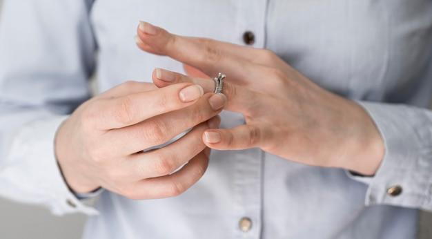 Vrouw die huwelijksring aftrekt Gratis Foto