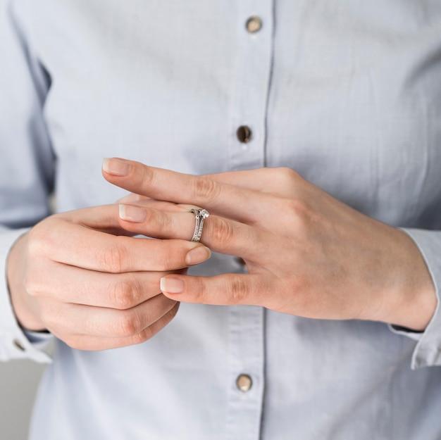 Vrouw die huwelijksring opstijgt Gratis Foto