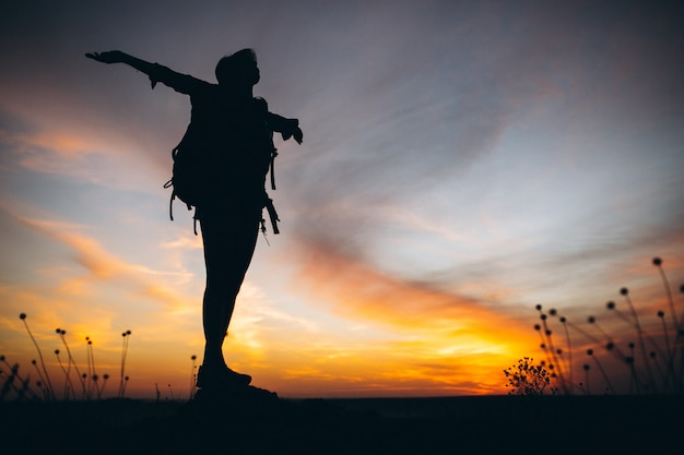 Vrouw die in de bergen wandelt Gratis Foto