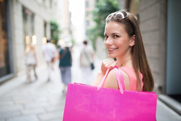 Vrouw die in een luxestraat winkelt Premium Foto