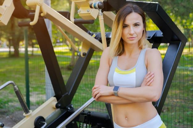 Vrouw die in een openluchtgymnastiek uitwerkt Premium Foto