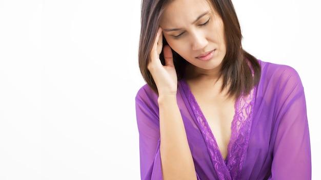 Vrouw die in slaapkamer ligt die aan slapeloosheid lijdt Premium Foto