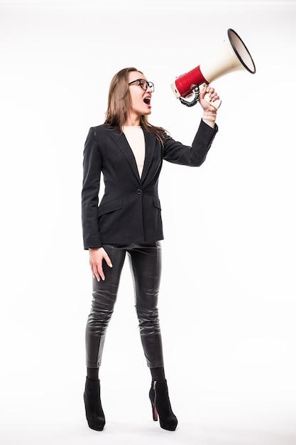 Vrouw die in zwarte reeks op een megafoon gilt die over wit wordt geïsoleerd Gratis Foto