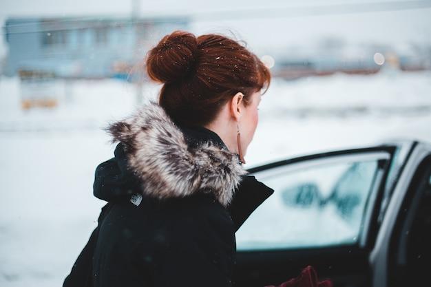 Vrouw die jas in de winter draagt Gratis Foto
