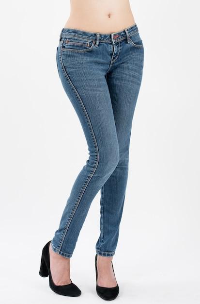 Vrouw die jeans draagt die vooraan hiëroglanken stellen die op witte achtergrond worden geïsoleerd Premium Foto