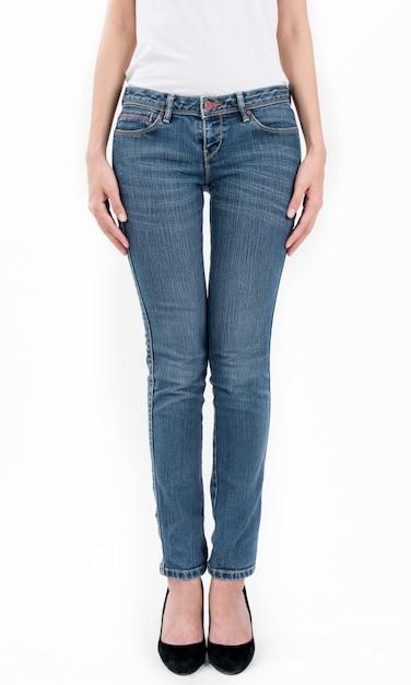 Vrouw die jeans en witte t-shirt draagt die die vooraanzicht halve lengte op witte achtergrond wordt geïsoleerd Premium Foto