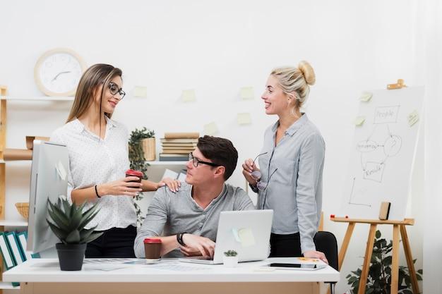 Vrouw die koffie aanbieden aan een man op kantoor Gratis Foto