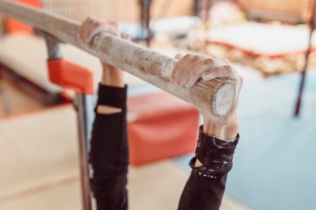 Vrouw die krijt gebruikt voor gymnastiekopleiding Gratis Foto