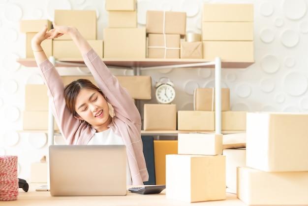 Vrouw die lacht en rust streching na afwerking werk Premium Foto