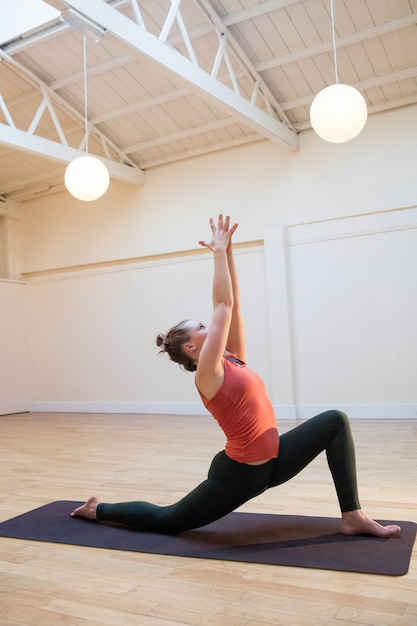 Vrouw die lage lunge stelt op oefening mat Foto | Gratis Download